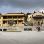 Piazza Mino da Fiesole con sculture installate