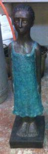 Bambina con vestito lungo. Maestro Elio De Luca